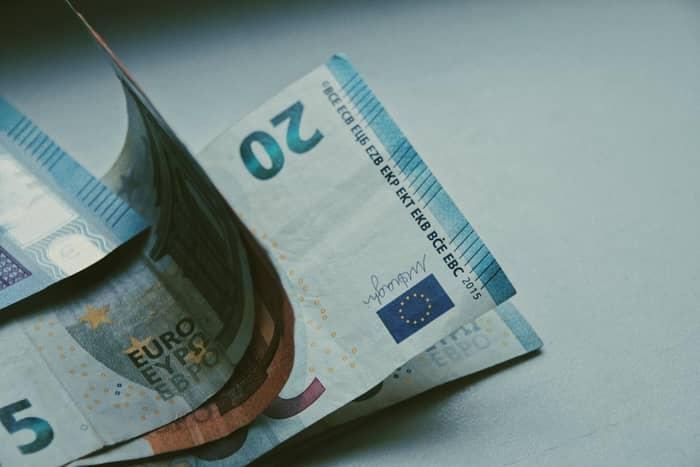 Quanto tempo demora um cheque a ficar disponivel na conta